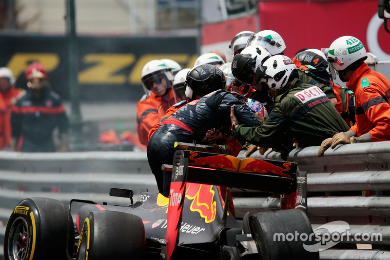 Max Verstappen, Red Bull Racing RB12 choca y queda fuera de la carrera