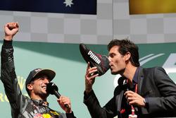 Даниэль Риккардо, Red Bull Racing празднует второе место на подиуме с Марком Уэббером, который пьет