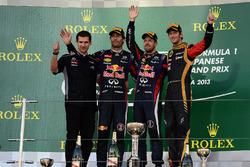 Реми Таффин, глава операционного отдела Renault Sport F1, Марк Уэббер, Red Bull Racing, победитель гонки Себастьян Феттель, Red Bull Racing, Ромен Грожан, Lotus F1