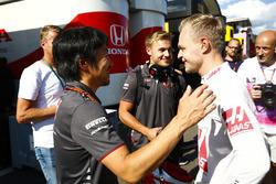 Ayao Komatsu, Chief Race Engineer, Haas F1, with Kevin Magnussen, Haas F1 Team