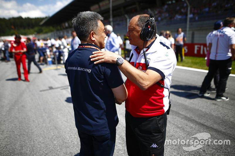 Masashi Yamamoto, manager, Honda Motorsport, et Frederic Vasseur, directeur de Sauber, sur la grille