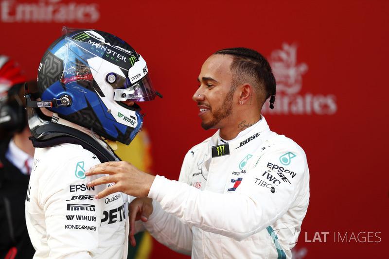 Гонщики Mercedes AMG F1 Льюис Хэмилтон и Валттери Боттас