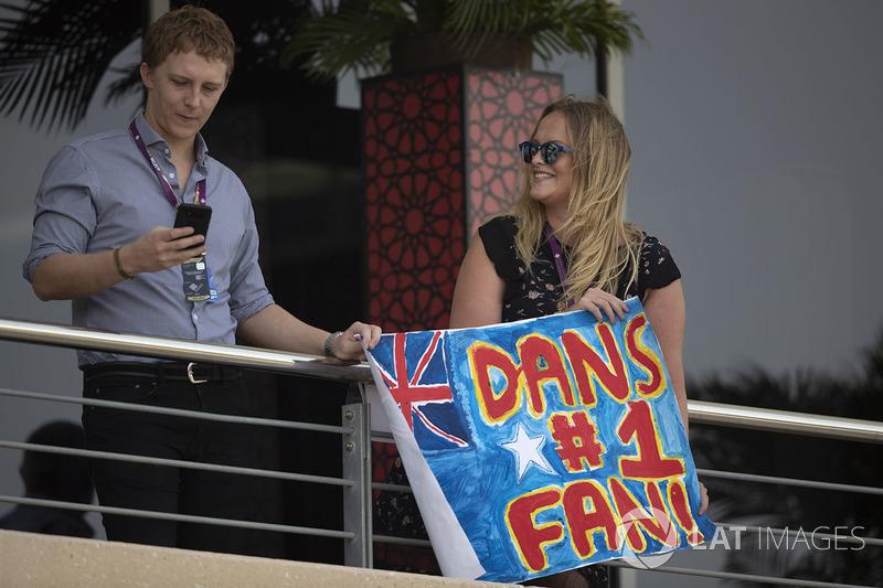 Гран Прі Бахрейну: уболівальники Даніеля Ріккардо, Red Bull Racing, з плакатом