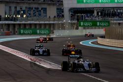 Lewis Hamilton, Mercedes F1 W07 Hybrid, Nico Rosberg, Mercedes F1 W07 Hybrid, y Max Verstappen, Red Bull Racing RB12