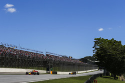 Daniel Ricciardo, Red Bull Racing RB13, Carlos Sainz Jr., Renault Sport F1 Team RS17