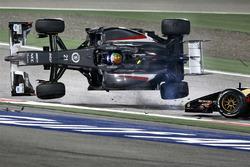 Esteban Gutierrez, Sauber y Pastor Maldonado, Lotus F1 Team chocan en la vuelta 1
