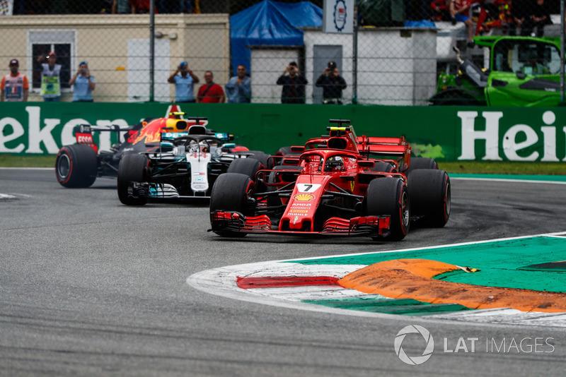 Kimi Raikkonen, Ferrari SF71H, por delante de Sebastian Vettel, Ferrari SF71H, Lewis Hamilton, Mercedes AMG F1 W09, and Max Verstappen, Red Bull Racing RB14, al inicio de la carrera
