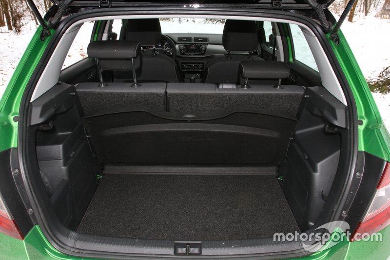 При необхідності, її можна сховати, у такому положенні вона фактично не заважає, та дозволить вантажити багажник до даху.