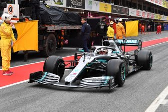 Lewis Hamilton, Mercedes-AMG F1 W10 passes the recovered car of Romain Grosjean, Haas F1 Team VF-19