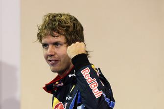 Ganador de la pole Sebastian Vettel, Red Bull Racing RB6 celebra