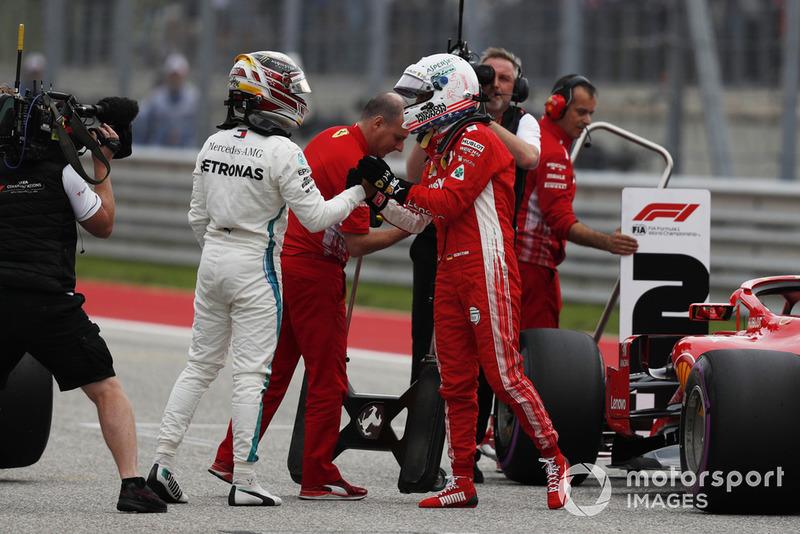 Il poleman Lewis Hamilton, Mercedes AMG F1, festeggia nel parco chiuso con Sebastian Vettel, Ferrari
