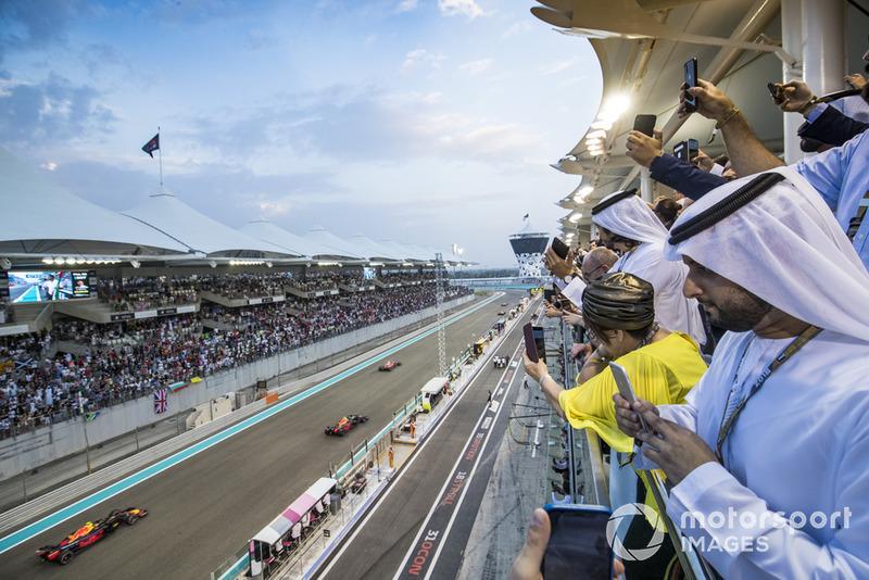 Кімі Райкконен, Ferrari SF71H, Даніель Ріккардо, Red Bull Racing RB14, Макс Ферстаппен, Red Bull Racing RB14, на формаційному колі