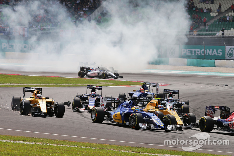 Marcus Ericsson, Sauber C35 at the start of the race with Kevin Magnussen, Renault Sport F1 Team RS1