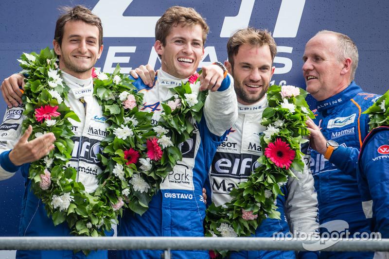 LMP2-Podium: 1. #36 Signatech, Alpine A460: Gustavo Menezes, Nicolas Lapierre, Stéphane Richelmi mit Teambesitzer Philippe Sinault