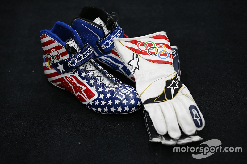 I guanti e le scarpe da gara a tema olimpico di Kurt Busch, Stewart-Haas Racing Chevrolet
