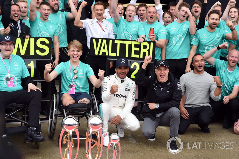 Race winner Lewis Hamilton, Mercedes AMG F1 celebrates with his brother Nick Hamilton, Valtteri Bottas, Mercedes AMG F1, Billy Monger and the team