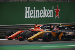 Stoffel Vandoorne, McLaren MCL32, en lutte avec Jolyon Palmer, Renault Sport F1 Team RS17