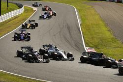 Кевин Магнуссен и Ромен Грожан, Haas F1 Team VF-17, Лэнс Стролл, Williams FW40, и Пьер Гасли, Scuderia Toro Rosso STR12