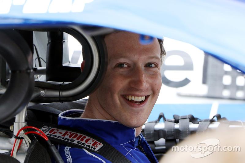 CEO de Facebook Mark Zuckerberg antes de conducir un coche de NASCAR