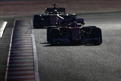 Kimi Räikkönen, Ferrari SF70H; Fernando Alonso, McLaren MCL32