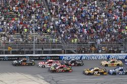 Restart: Martin Truex Jr., Furniture Row Racing Toyota, Kyle Larson, Chip Ganassi Racing Chevrolet, Erik Jones, Furniture Row Racing Toyota