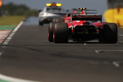 La safety car precede Sebastian Vettel, Ferrari SF70H, Kimi Raikkonen, Ferrari SF70H