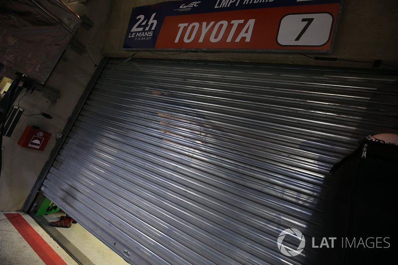 La serranda del garage #7 Toyota Gazoo Racing Toyota TS050 Hybrid: Mike Conway, Kamui Kobayashi, Stéphane Sarrazin dopo il ritiro