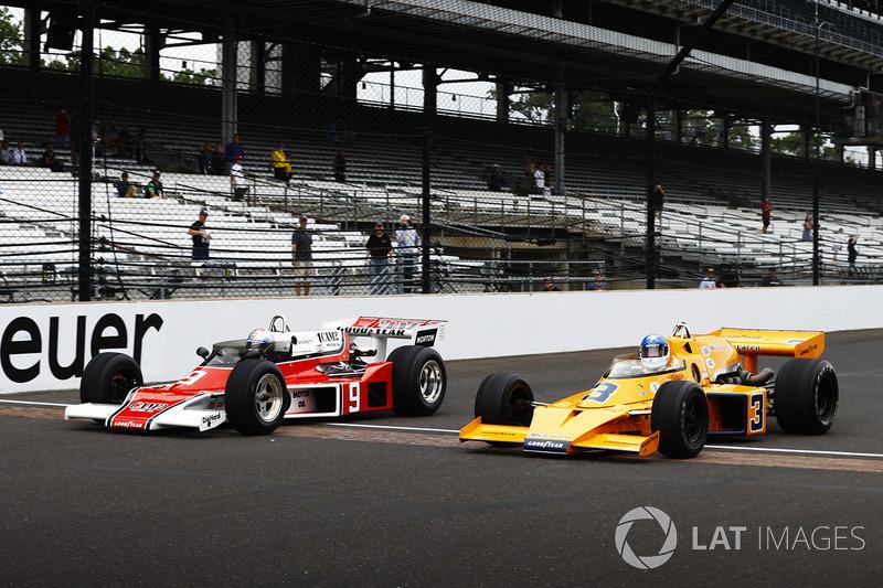 Johnny Rutherford, McLaren M16, y Mario Andretti, McLaren M24