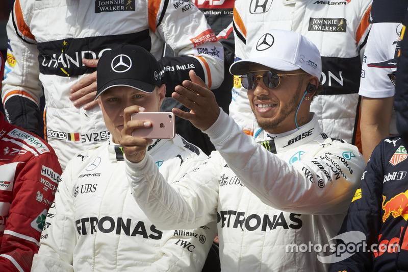 Lewis Hamilton, Mercedes AMG, con Valtteri Bottas, Mercedes AMG
