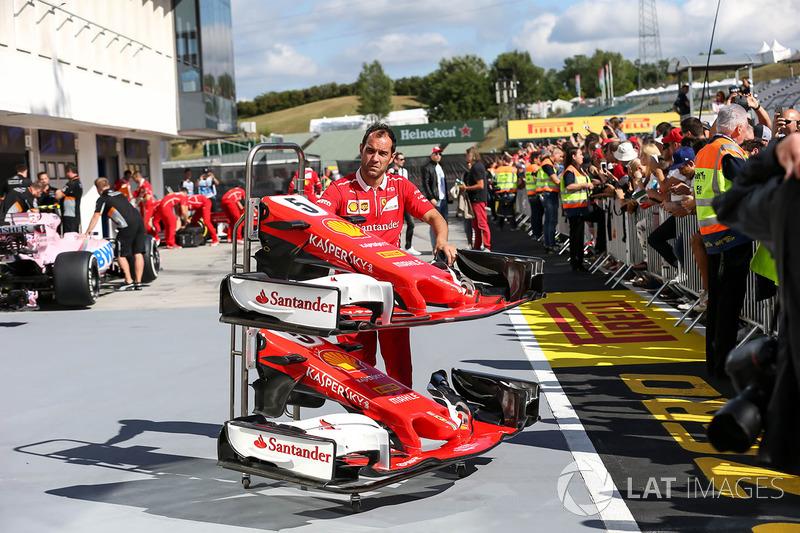Mecánico de Ferrari con la nariz, detalle de ala delantera de Sebastian Vettel, Ferrari SF70-H
