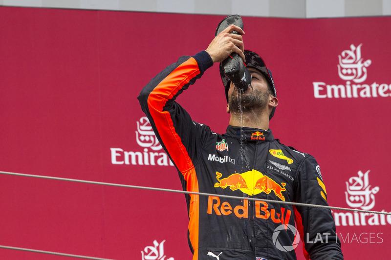 Podium : le troisième, Daniel Ricciardo, Red Bull Racing fête son podium avec un shoey
