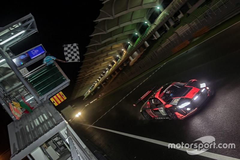 Bandera a cuadros para el #15 Audi Sport Team Phoenix, Audi R8 LMS: Christopher Haase, Robin Frijns, Laurens Vanthoor