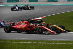 Sebastian Vettel, Ferrari SF70H et Nico Hulkenberg, Renault Sport F1 Team RS17 en bataille