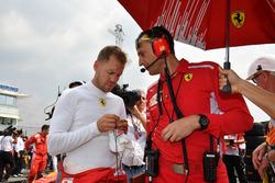 Sebastian Vettel, Ferrari sur la grille avec Riccardo Adami, ingénieur de course Ferrari