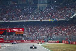 Кевин Магнуссен, Haas F1 Team VF-18, и Нико Хюлькенберг, Renault Sport F1 Team RS18