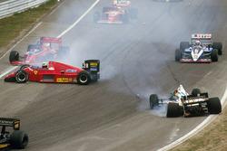 Stefan Johansson, Ferrari F186 di traverso nella prima curva dopo aver colpito Teo Fabi, Benetton B186 BMW alla partenza