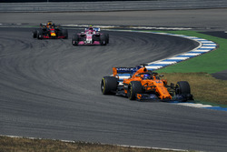 Fernando Alonso, McLaren MCL33, Esteban Ocon, Force India VJM11 y Daniel Ricciardo, Red Bull Racing RB14