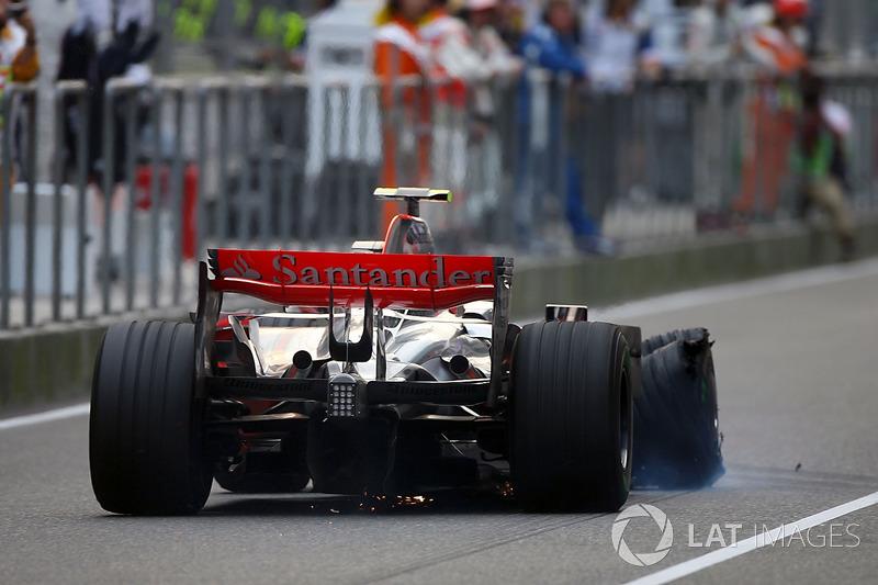Heikki Kovalainen, McLaren MP4/23 has a puncture