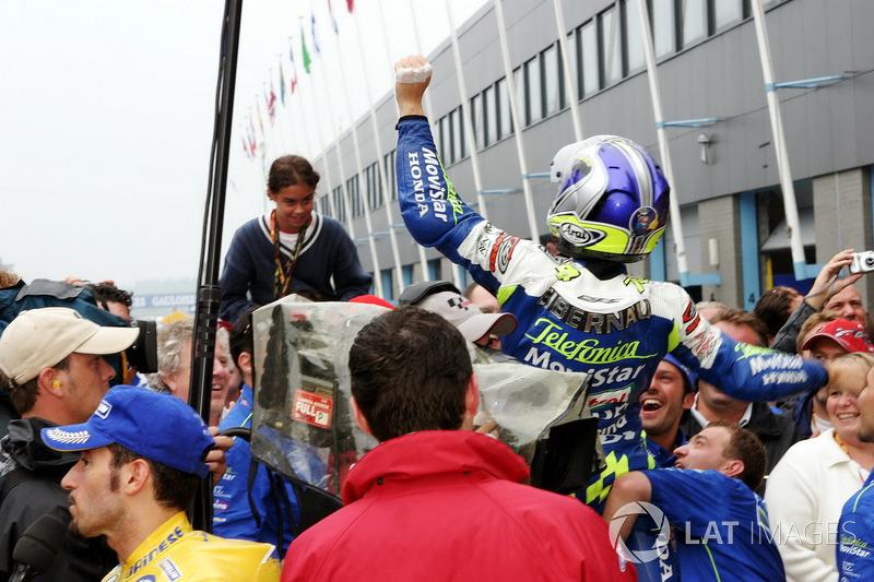 Podio: 1º Sete Gibernau, 2º Max Biaggi, 3º Valentino Rossi