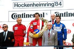Podio: il vincitore della gara Alain Prost, il secondo classificato Niki Lauda, il terzo classificato Derek Warwick