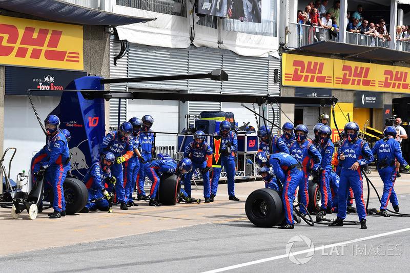 Meccanici della Scuderia Toro Rosso in attesa di un pit stop