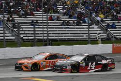 Daniel Suarez, Joe Gibbs Racing Toyota, Clint Bowyer, Stewart-Haas Racing Ford