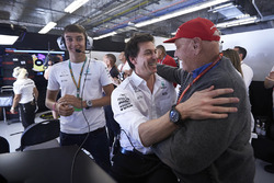 George Russell, Toto Wolff, Executive Director Mercedes AMG F1, Lewis Hamilton, Mercedes AMG F1, app