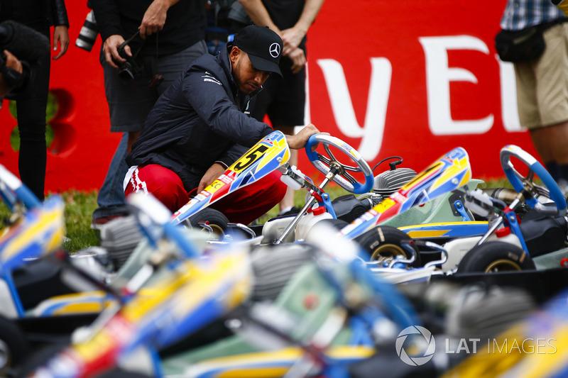 Lewis Hamilton, Mercedes AMG F1, examina un kart