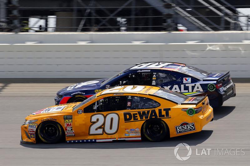 Erik Jones, Joe Gibbs Racing, Toyota Camry DeWalt e Alex Bowman, Hendrick Motorsports, Chevrolet Camaro Axalta