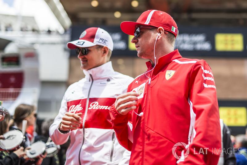 Marcus Ericsson, Sauber e Kimi Raikkonen, Ferrari, nella drivers parade