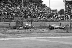 La Shadow DN8 di Tom Pryce alla curva Crowthorne dopo il suo fatale incidente e Jacques Laffite, Ligier JS7 uscito illeso dall'incidente
