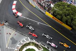 Daniel Ricciardo, Red Bull Racing RB14, devant Sebastian Vettel, Ferrari SF71H, Lewis Hamilton, Mercedes AMG F1 W09, Kimi Raikkonen, Ferrari SF71H, Valtteri Bottas, Mercedes AMG F1 W09, Esteban Ocon, Force India VJM11, et Fernando Alonso, McLaren MCL33, au