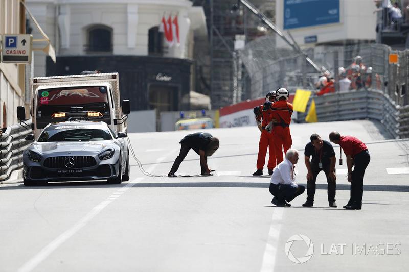 Charlie Whiting, Directeur de course de la FIA, conduit une inspection du circuit durant un drapeau rouge