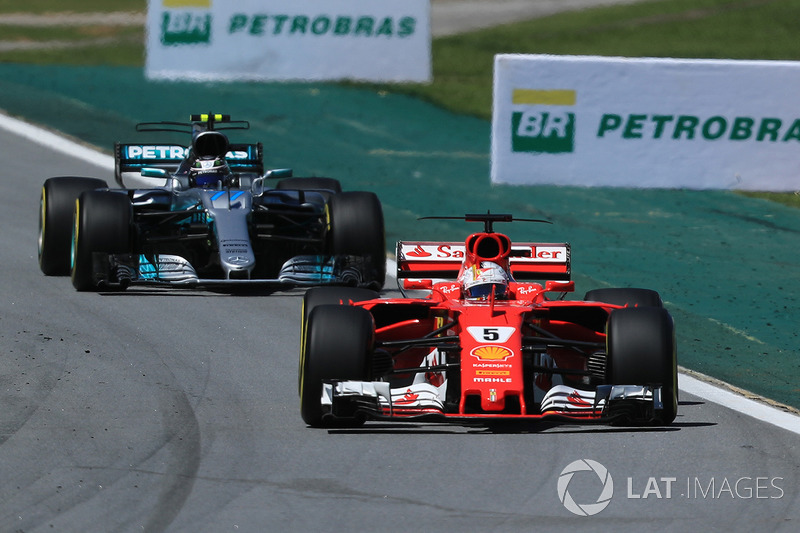 Sebastian Vettel, Ferrari SF70H y Valtteri Bottas, Mercedes-Benz F1 W08